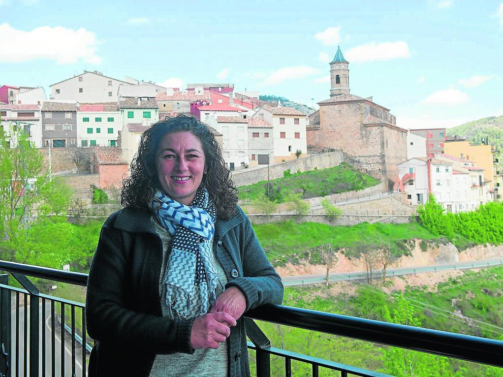 Mayte Montesinos posa en la terraza del edificio multiservicios que regenta en Torrijas.