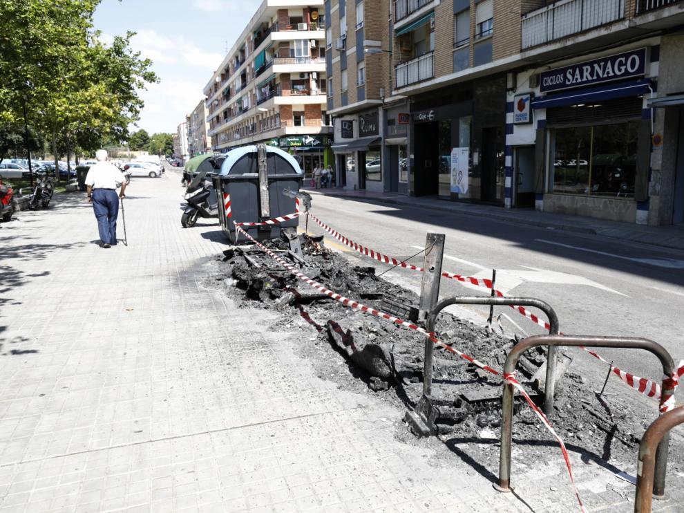 Contenedores quemados en las calles de Embarcadero y Viñedo Viejo.