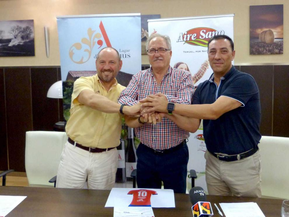 De izquierda a derecha, Pedro Casas, gerente de la bodega Amprius Lagar, Ramón Navarro, presidente del CD Teruel, y Javier Gómez, director de AireSano