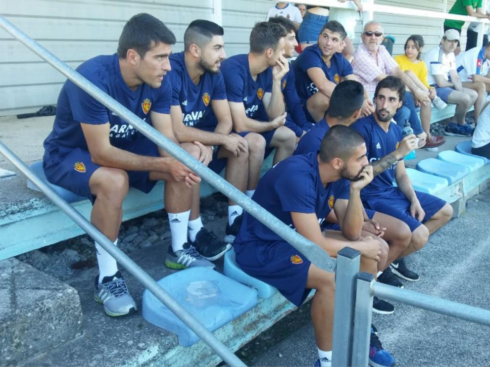 Los lesionados del Real Zaragoza, ayer por la tarde en las gradas del campo de Villaboya de Boltaña.