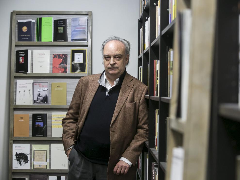 Enrique Vila-Matas, en una de sus visitas a Zaragoza, en la librería Los Portadores de Sueños.