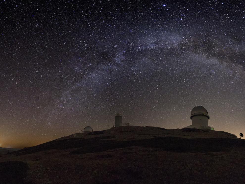 Imagen nocturna del Observatorio de Javalambre con la Vía Láctea visible en el firmamento gracias a la nula contaminación lumínica del paraje