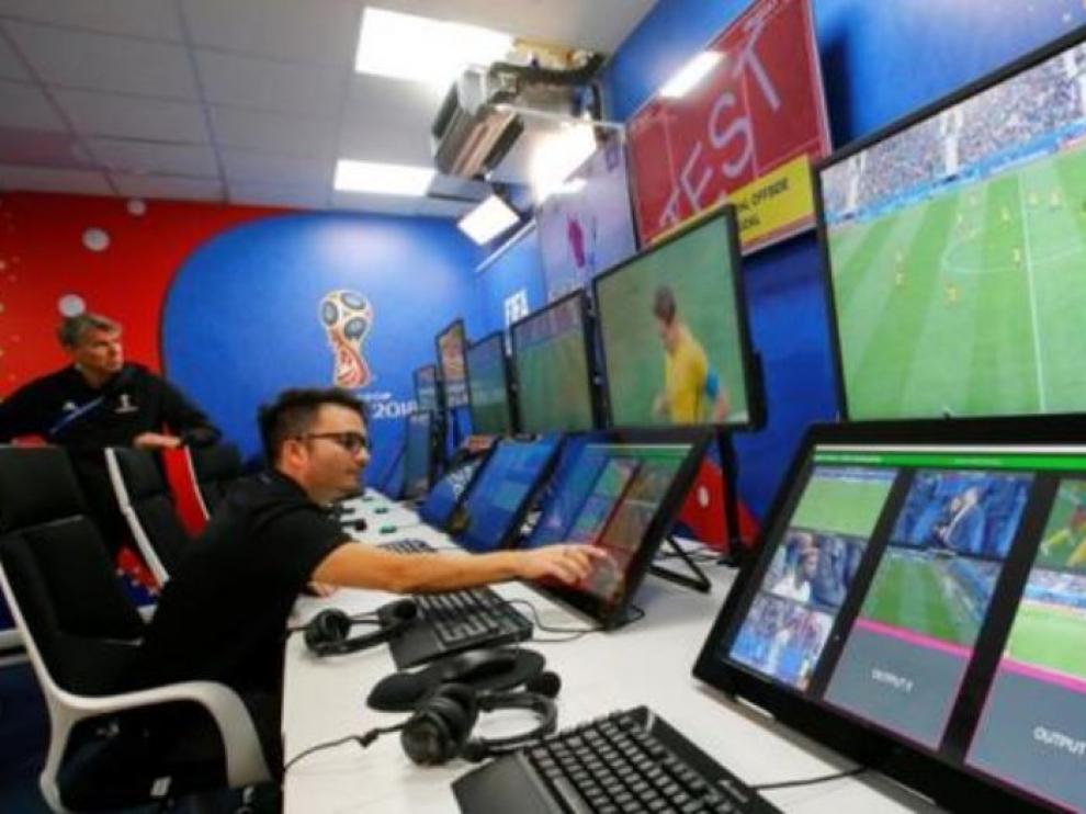 La sala de control del VAR durante un partido del reciente Mundial de Rusia.