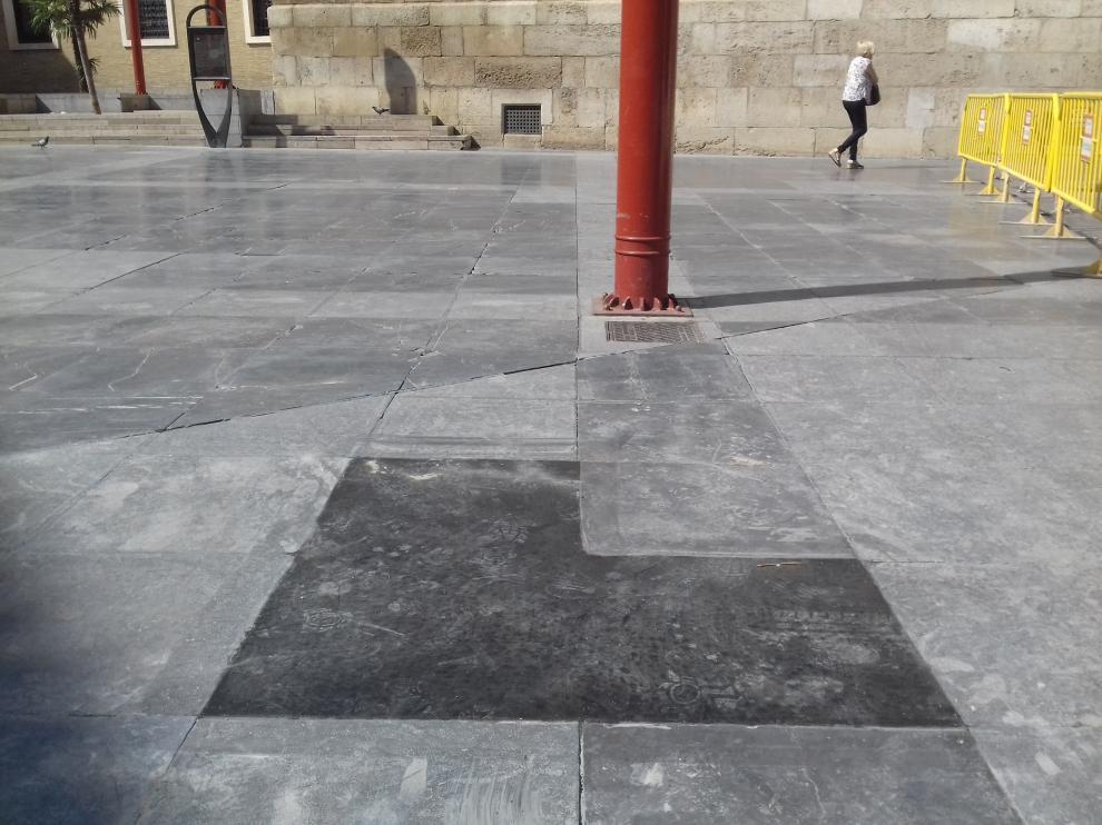 En la plaza de San Bruno se están cambiando algunas baldosas de piedra por una mezcla de cemento y grava.