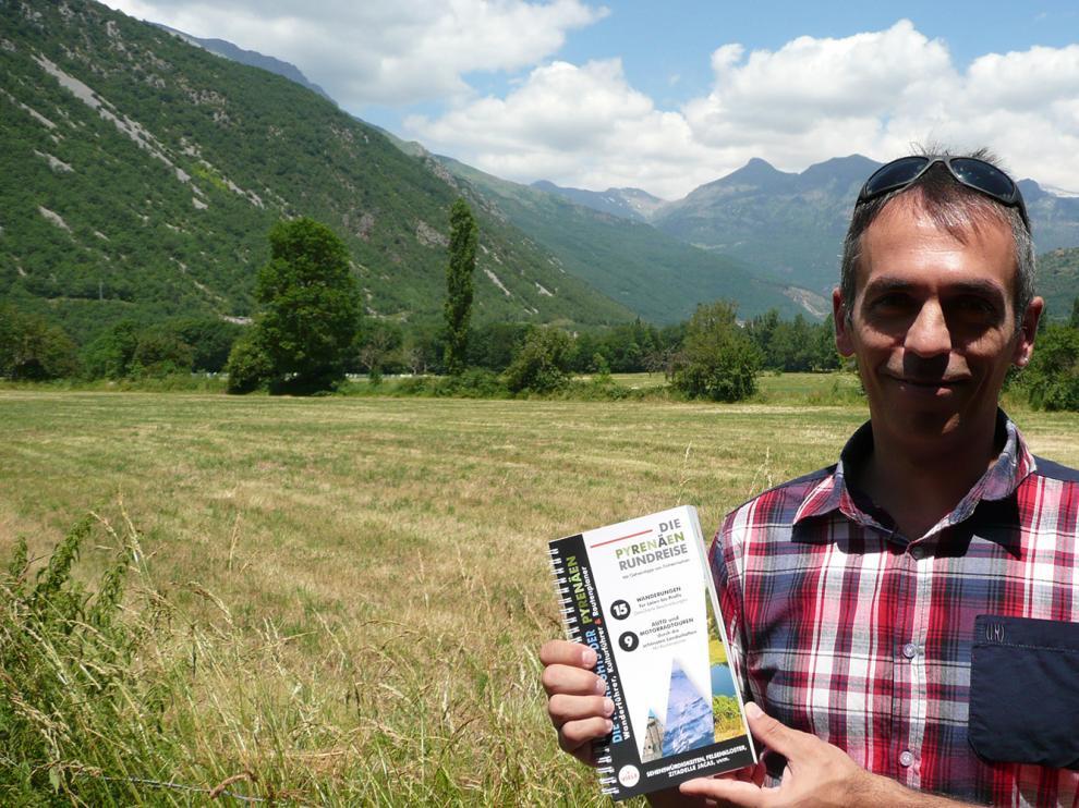 Ángel de la Fuente muestra la guía para turistas alemanes que ha editado con sus propios medios
