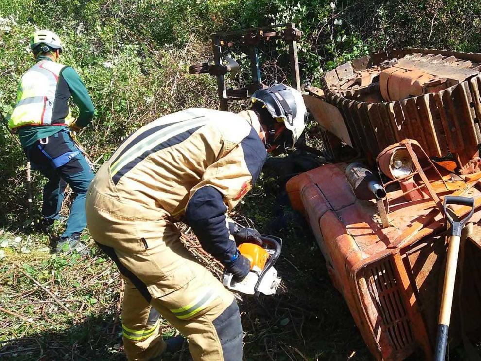 Un hombre fallece en El Frasno tras caer con su tractor por un barranco.