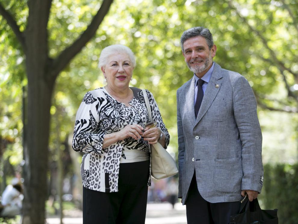 Soledad Vicente, médico jubilada de manera forzosa,junto a Pedro Altaba, su abogado.
