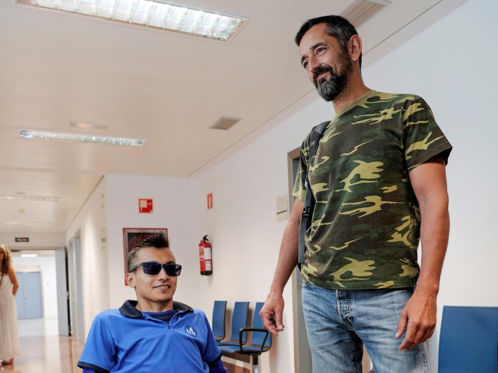 Wilmer Arias y Pedro Cavadas, este  jueves en el  Hospital  de Manises.