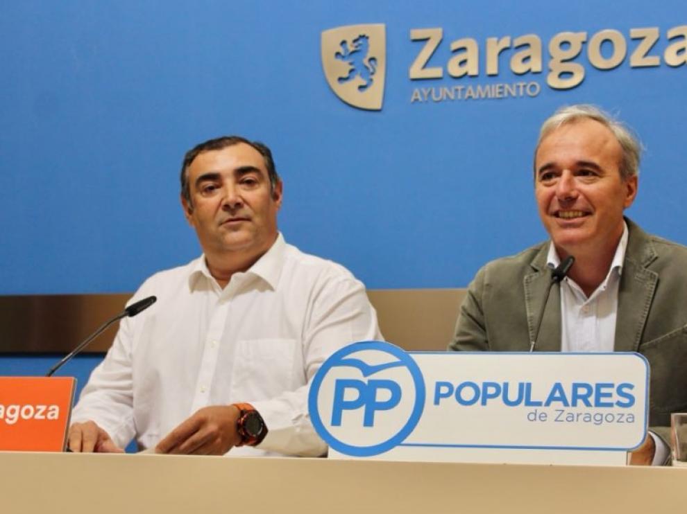 Alberto Casañal y Jorge Azcón, esta mañana, en la sala de prensa del Ayuntamiento.