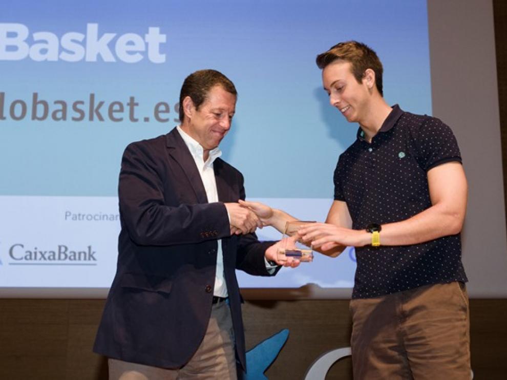 Federico Tartón, director de Telefonica en Aragón, entregó el premio a Miguel Quílez, de 'Lo Basket'.