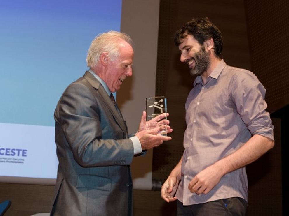 Jose María Marín, presidente de Ceste, entregó el galardón a Fernando Blasco, director multimedia de Sumun.