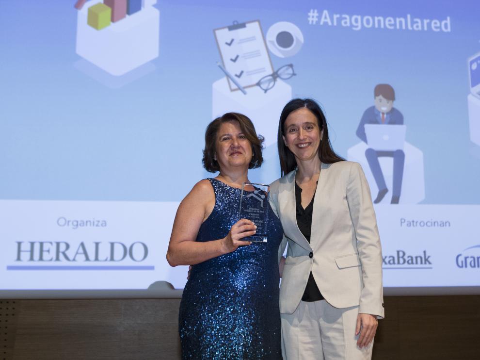 La gerente de Grancasa, Susana Betrán, entregó el premio a Mercedes Alonso-Genis, autora de 'MomDislexia'.