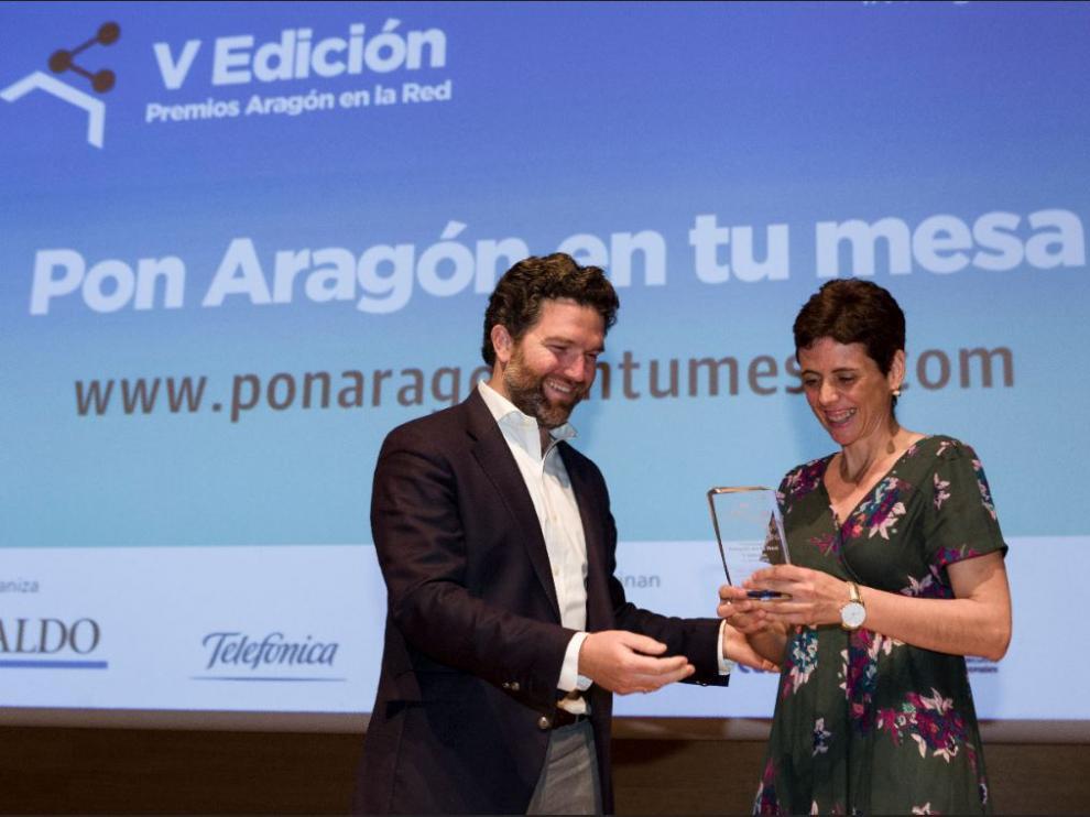 Íñigo de Yarza, vicepresidente de HENNEO, hace entrega del premio a la mejor web de Administración a Rosa Rived.