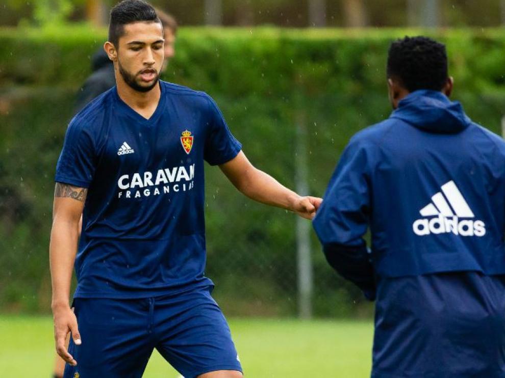 Medina e Igbekeme (de espaldas), en el entrenamiento del pasado lunes en Boltaña, antes de que cayera lesionado el colombiano.