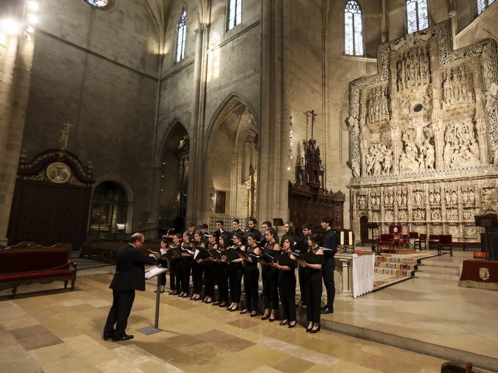 El coro Órganum, durante la actuación del jueves en la catedral de Huesca.