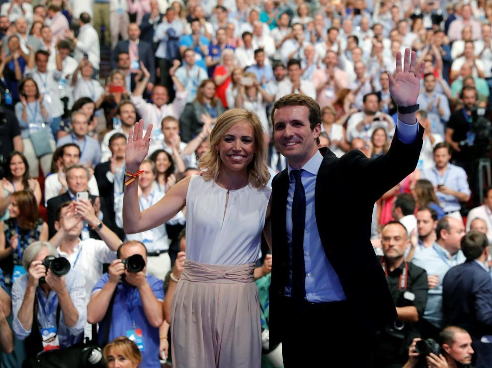 El nuevo presidente del PP, Pablo Casado, junto a su esposa Isabel  Torres.