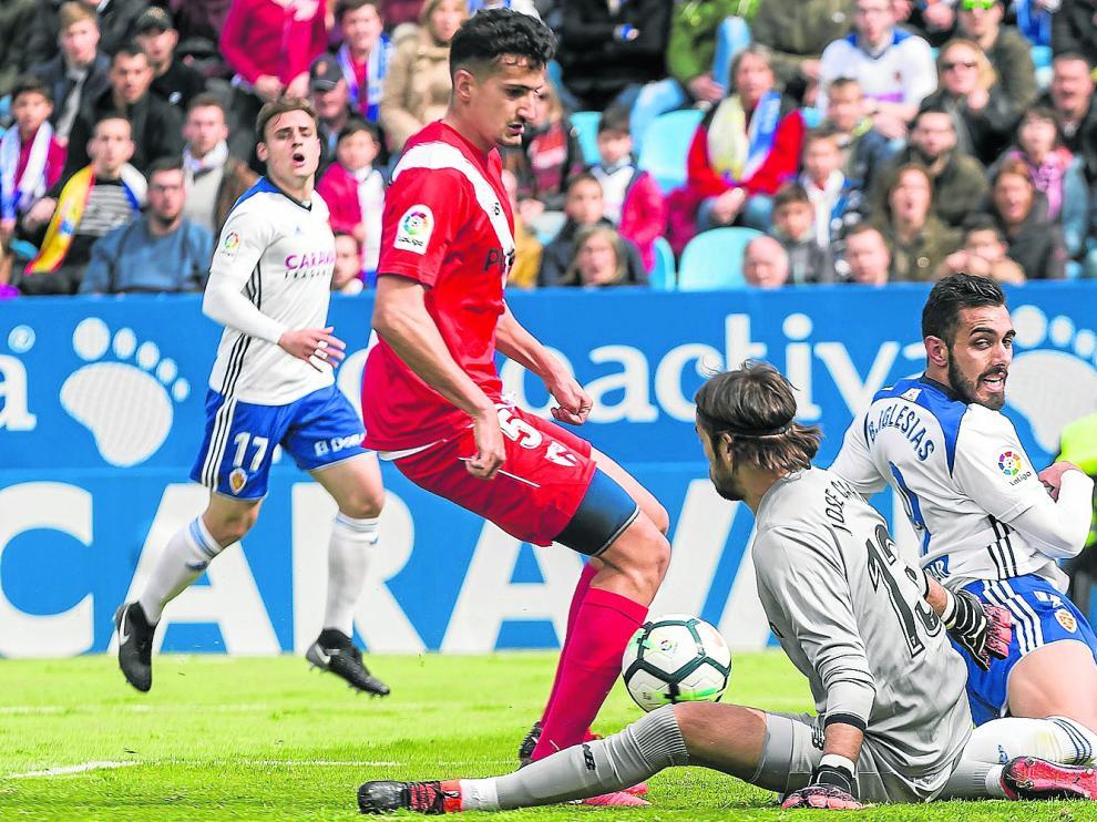 Álex Muñoz, en un acción defensiva en el Real Zaragoza-Sevilla Atlético de la pasada campaña.