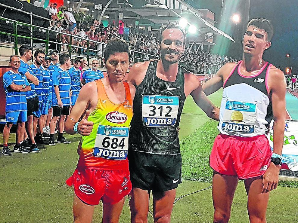Toni Abadía –centro–, feliz tras la carrera junto a Adel Mechaal –derecha– y Juan Antonio Pérez.