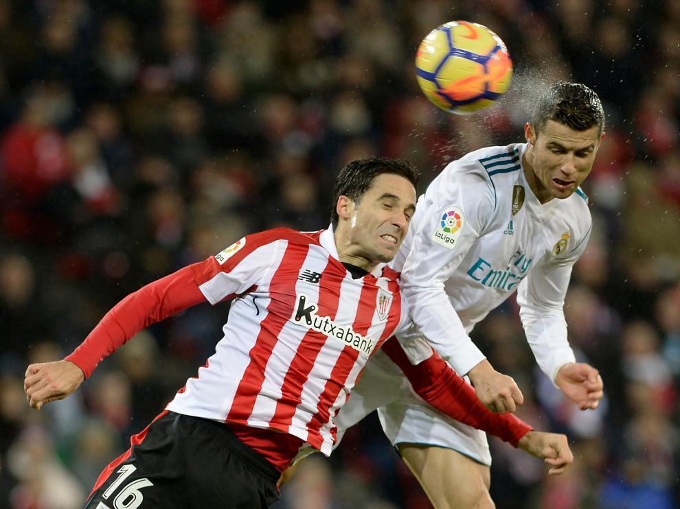El defensa pugna con Cristiano Ronaldo por un balón durante un Athletic-Real Madrid.