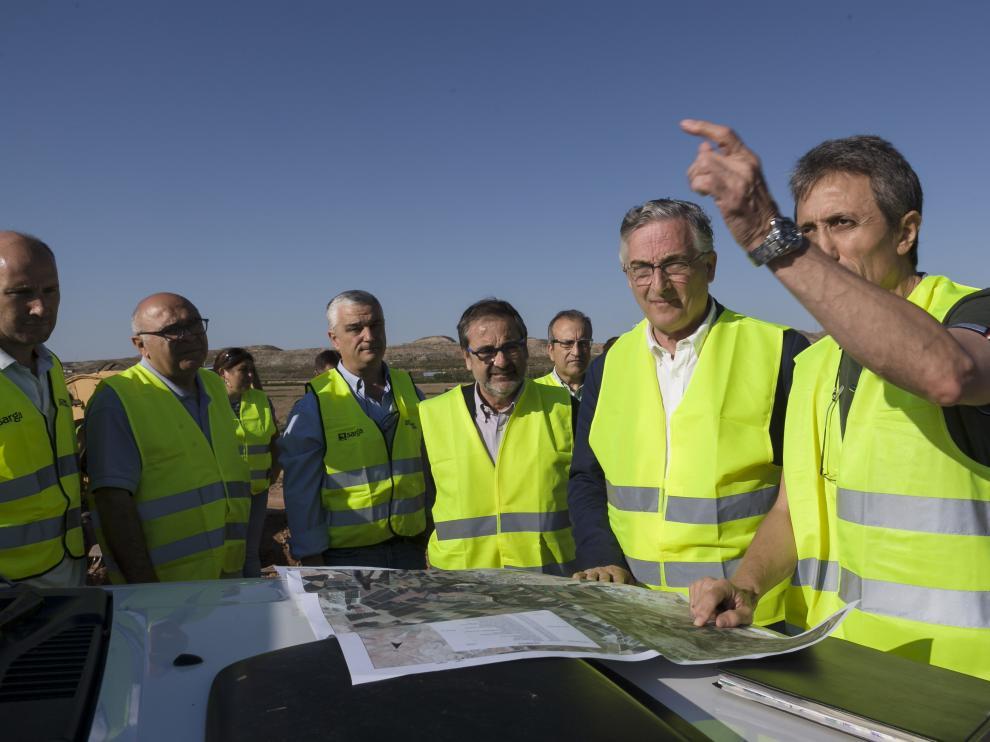 Visita de Olona a las obras tras la última crecida del Ebro en Quinto. Las 550 reparaciones provocadas por la última riada del Ebro concluirán en dos meses