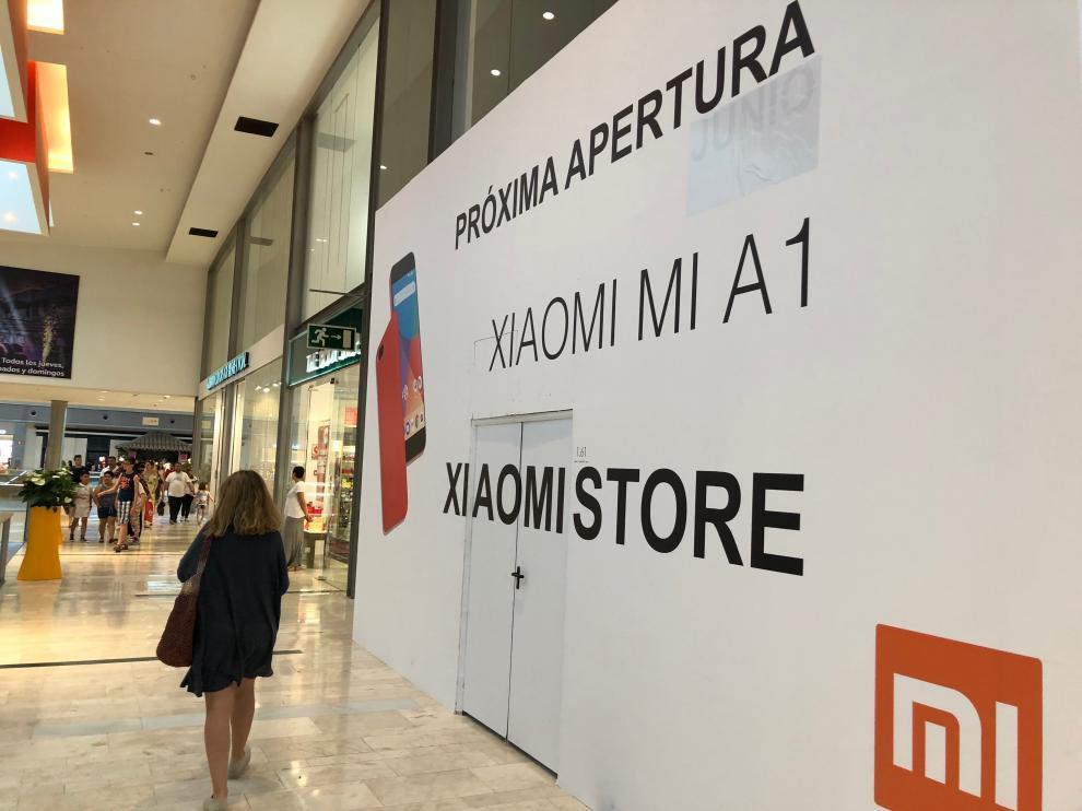 Exterior del local 'Mi Store' de Xiaomi, todavía cubierto.