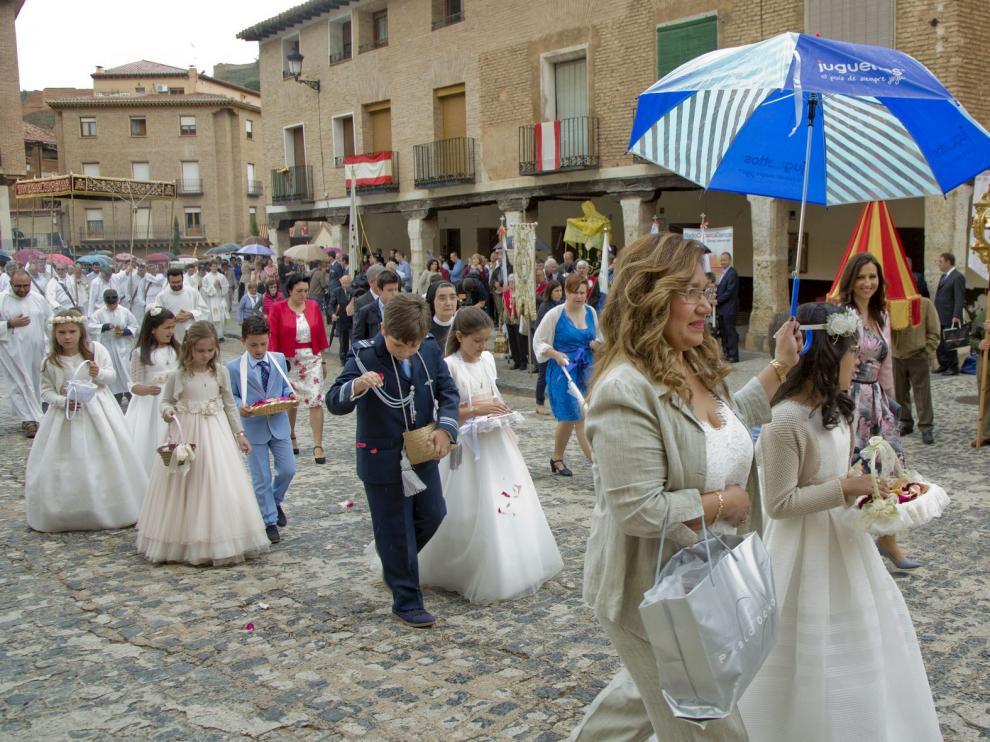 Los niños que han hecho la primera comunión en el último año participan en la procesión de los Sagrados Corporales de Daroca.