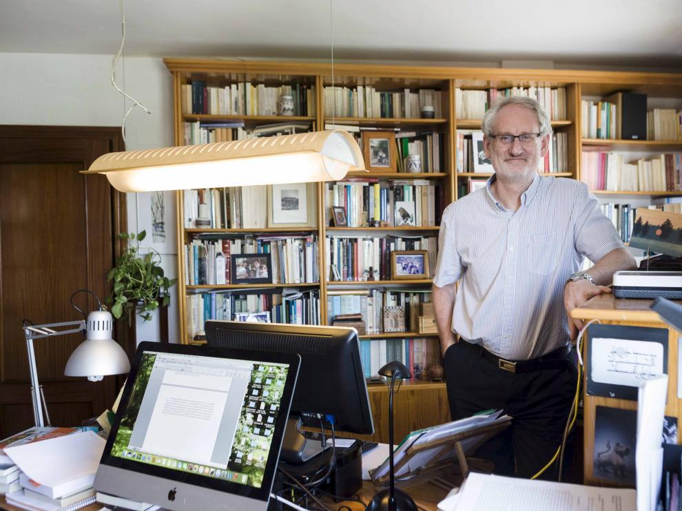 El catedrático de Historia Medieval de la Universidad de Zaragoza Carlos Laliena, ayer, en su despacho en la Almozara.