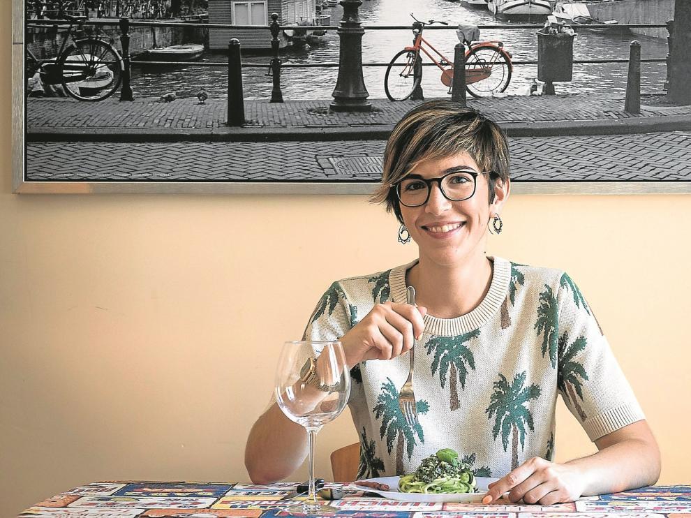 La presidenta de las Cortes de Aragón, Violeta Barba, prepara menús vegetarianos con productos adquiridos en el comercio de la zona.