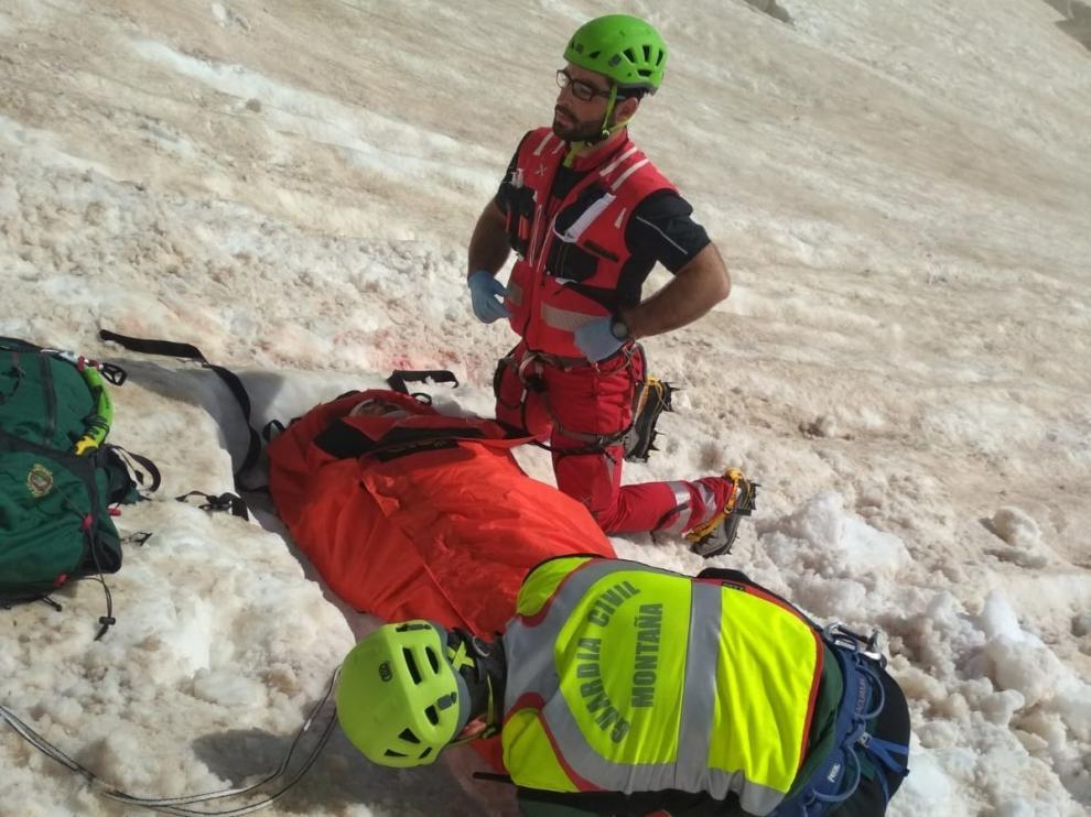 Auxilio de un montañero herido tras caerse en un nevero del Portillón Superior el pasado 11 de julio