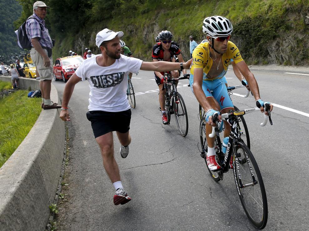 Un espectador anima al ciclista italiano Vincenzo Nibali durante una ascensión
