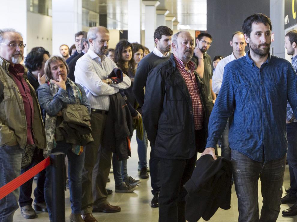 Txema Royo, a la derecha (con camisa azul), durante el juicio contra 'Los 8 de Yesa'.