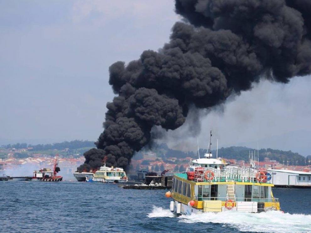 Imagen del catamarán en llamas.