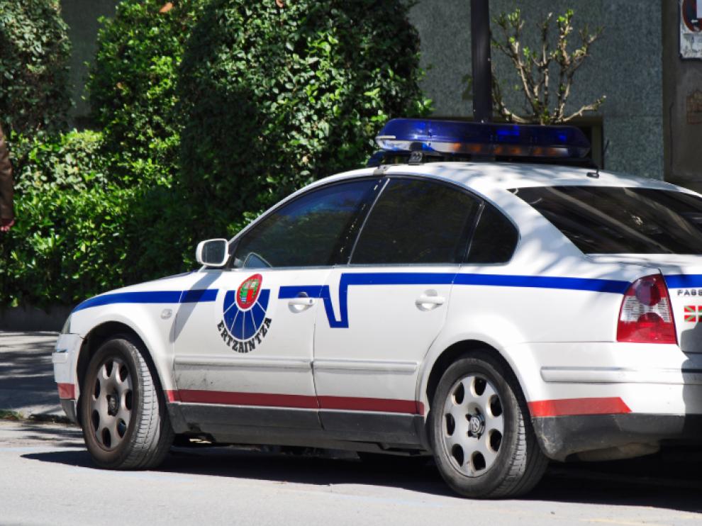 El agente de la Ertzaintza fue ingresado con varios pinchazos de arma banca que le causaron heridas de pronóstico reservado.