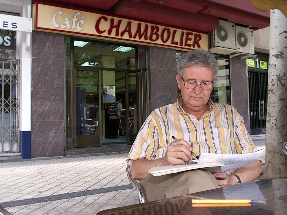 Cándido Pérez Gállego, autor de una veintena de libros sobre literatura inglesa y norteamericana, en 200, en el Paseo de Pamplona.