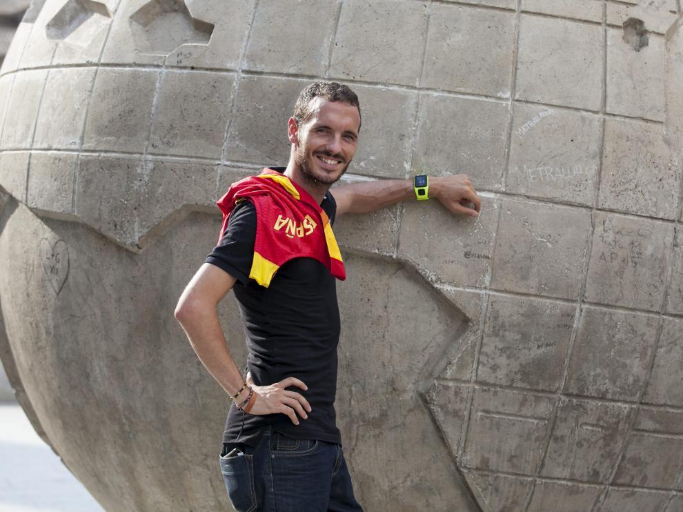 Toni Abadía posa con la camiseta de la selección española en las calles de Zaragoza