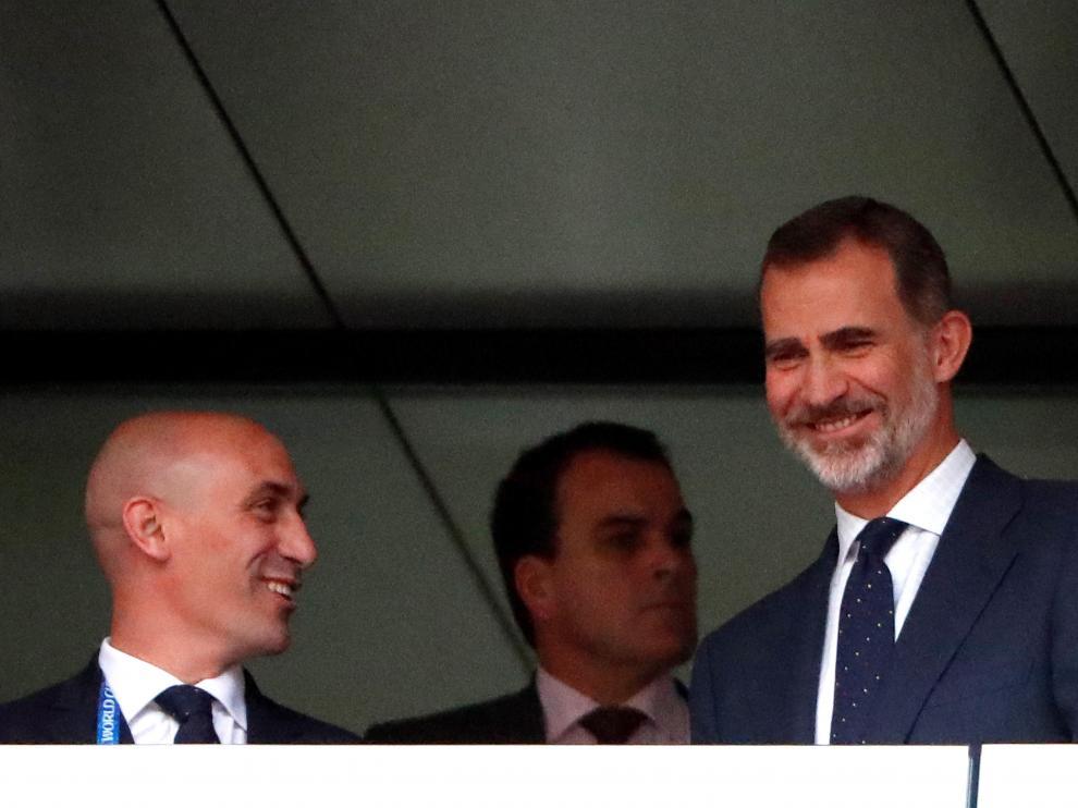 El rey Felipe VI sonríe acompañado del presidente de la RFEF, Luis Rubiales, durante Mundial de Rusia