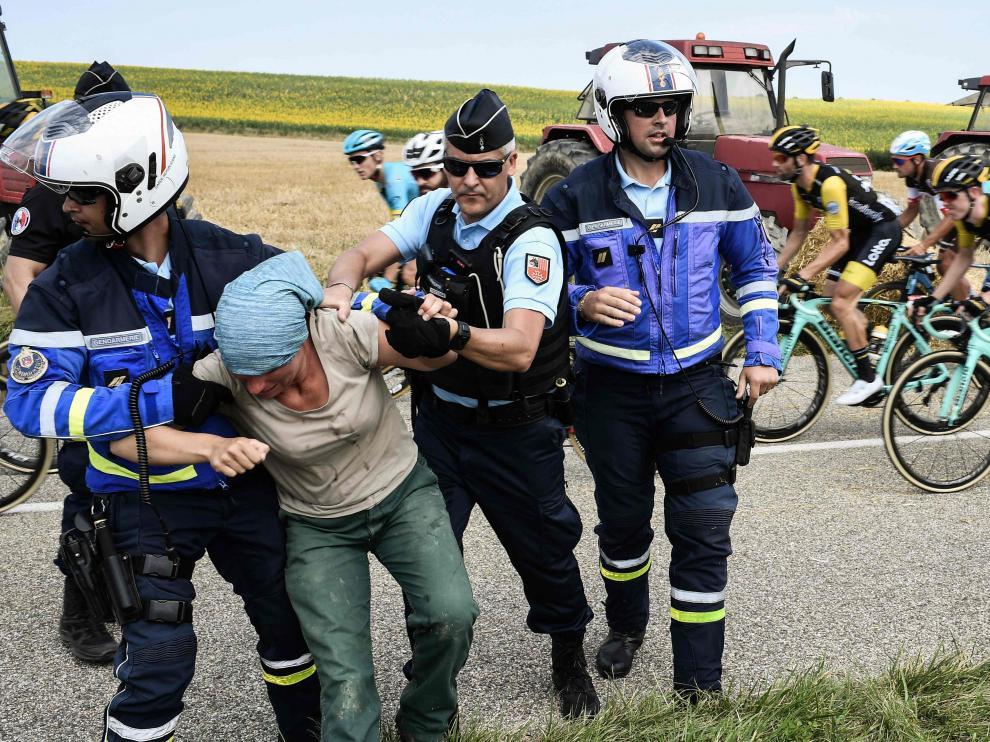 Una manifestación de agricultores detiene la etapa del Tour y varios ciclistas han sido atendidos