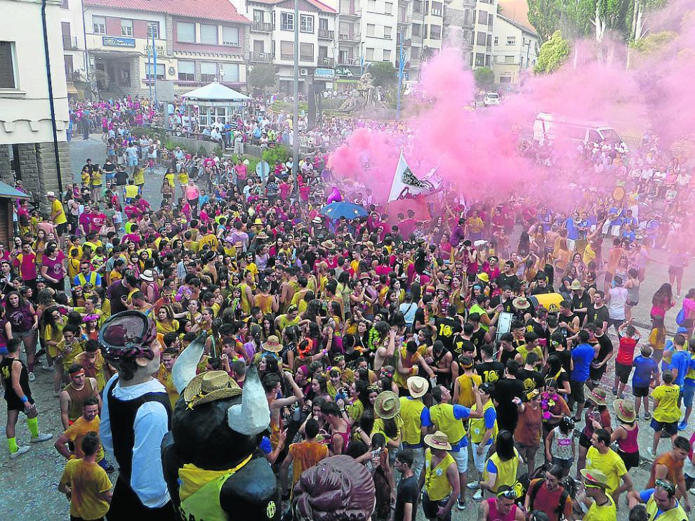 Los jóvenes dieron la bienvenida a lo grande a las fiestas de Sabiñánigo en la plaza de España.