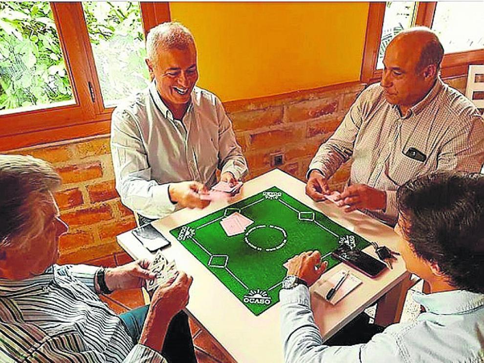 Javier Campoy jungando a las cartas en Maella.