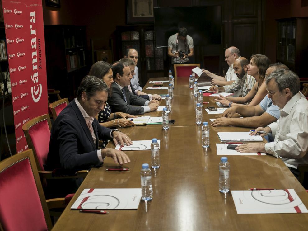 La reunión sentó alrededor de una mesa a vendedores del rastro, comerciantes y Ayuntamiento