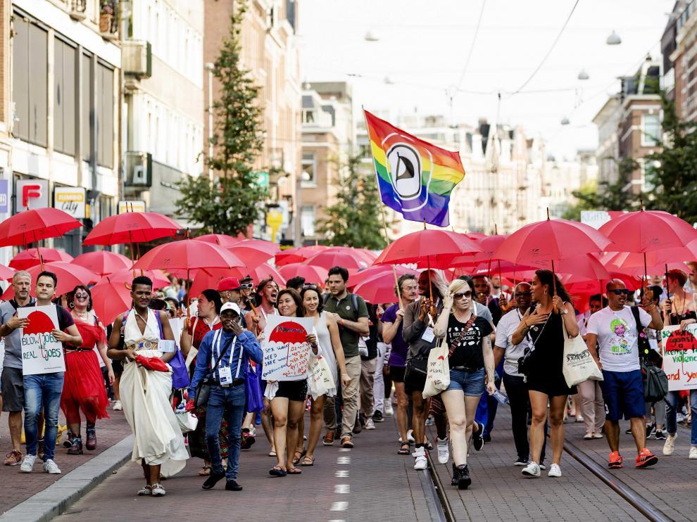 Cientos de trabajadores sexuales durante la marcha de Ámsterdam.