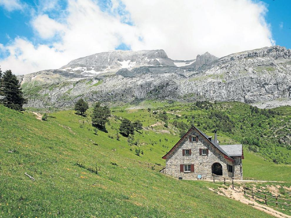 Refugio de Lizara ante el Bisaurín.