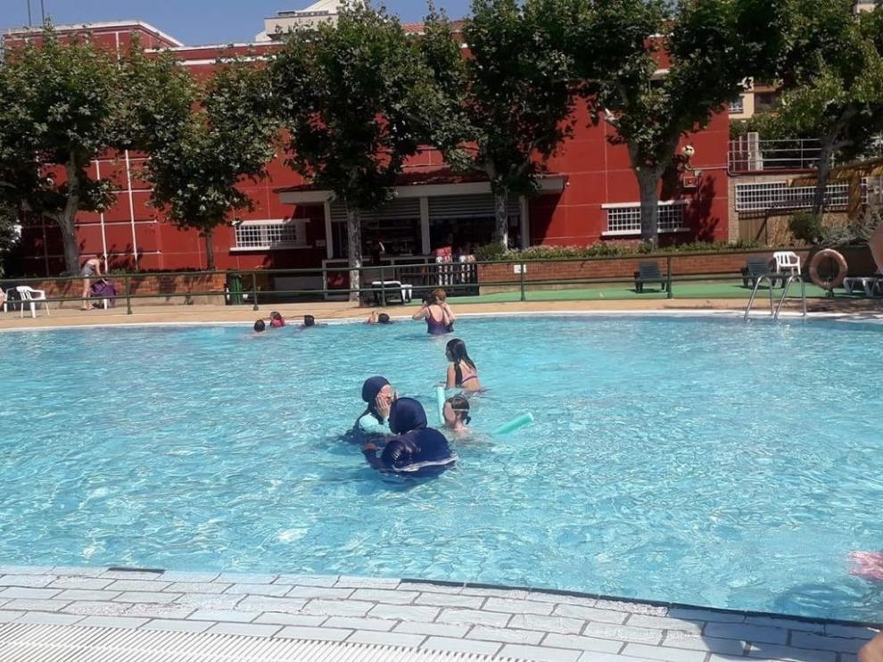 Dos mujeres se bañan con burkini en la piscina de 'La Hípica' de Zaragoza.