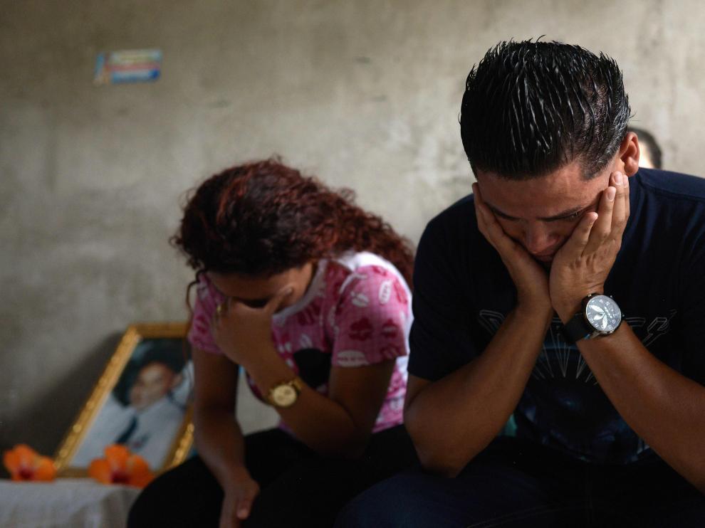 Una pareja de nicaragüenses durante el funeral de un joven fallecido en las protestas.