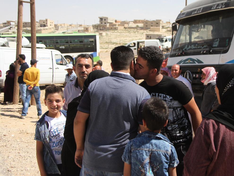 Varios sirios llegan desde los campos de refugiados del pueblo de Arsal, al este del Líbano (Siria).