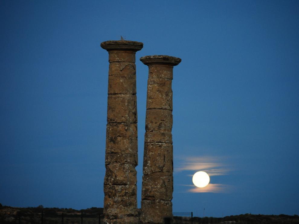 La luna se asoma por el horizonte en el yacimiento de Los Bañales.