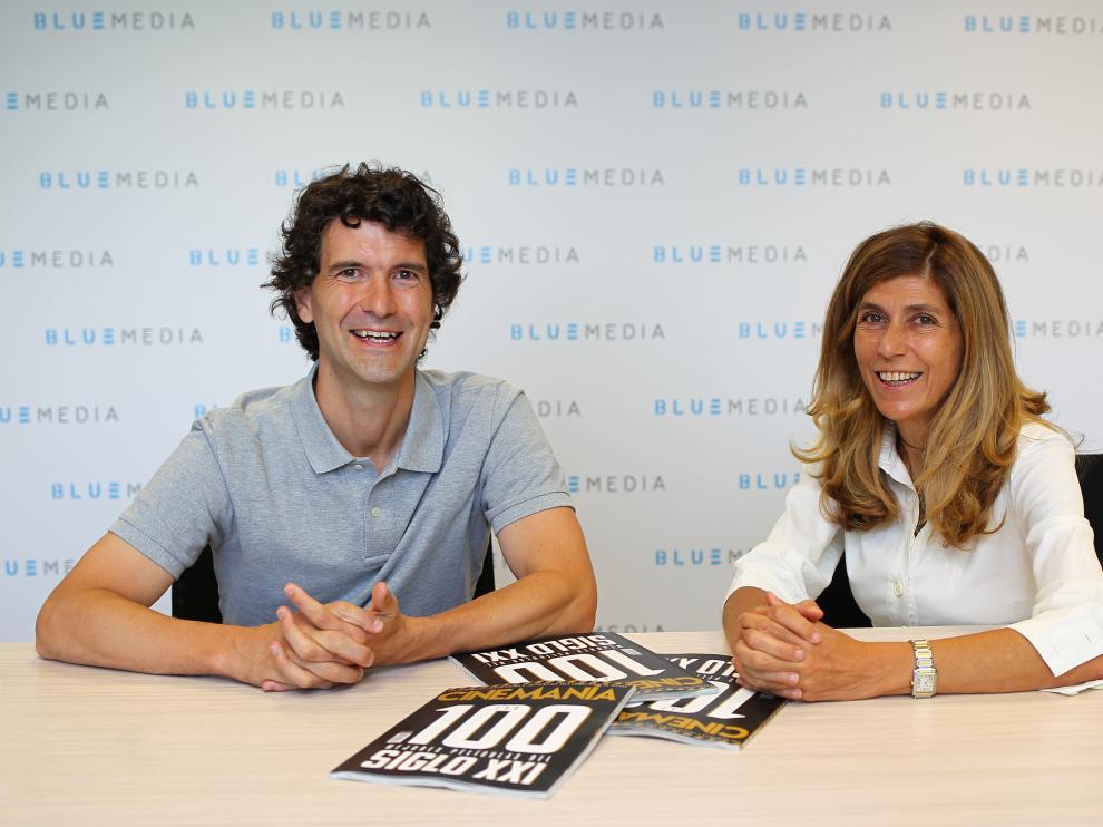 Carlos Marañón, director de Cinemanía, y Hortensia Fuentes, directora general de Bluemedia, con la portada del último número de la revista.