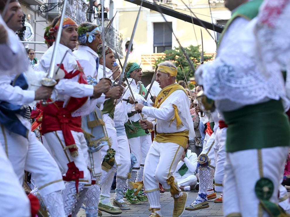 Los danzantes, en plena actuación, con Francisco San Emeterio en el centro