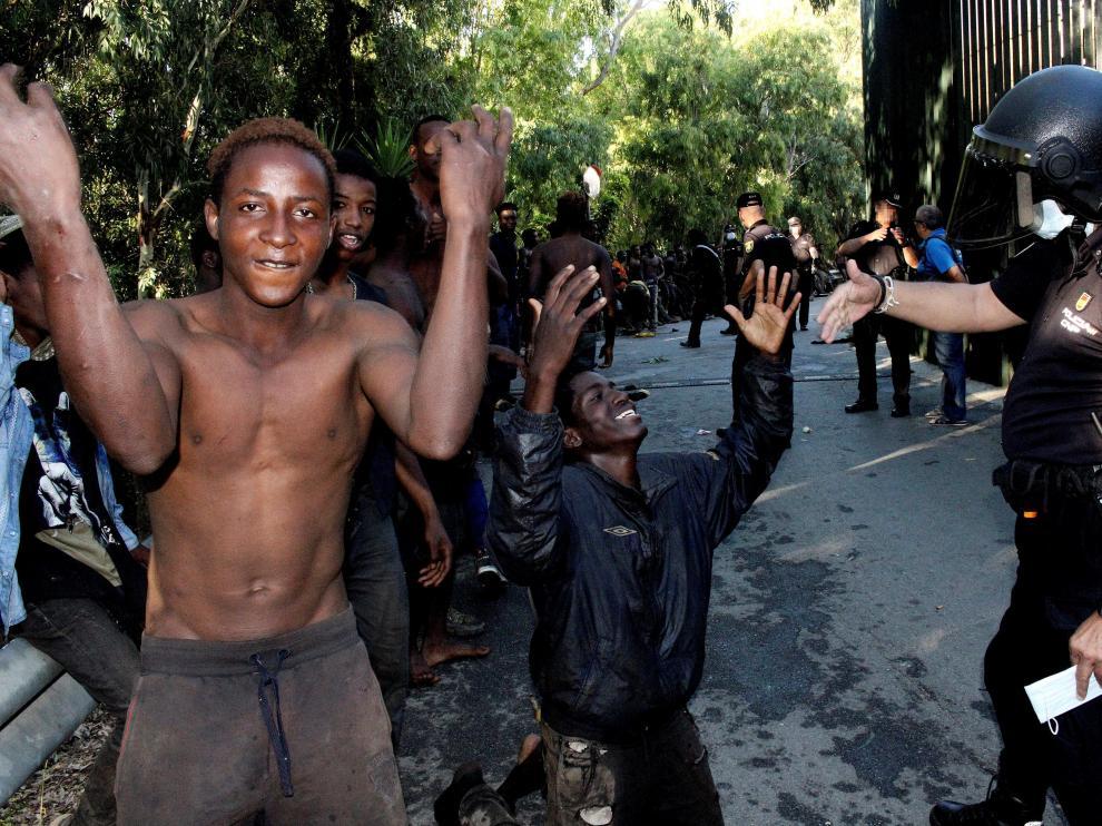 Un joven enseña las heridas de sus brazos una vez pasada la valla
