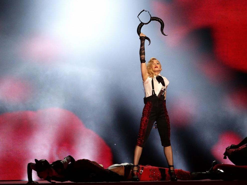 En los premios Brit en 2015, en la que se golpeó por un problema con el vestuario pero culminó la actuación.